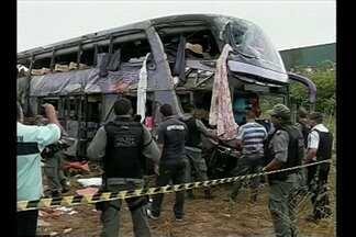 Seis pessoas morreram em acidente com ônibus no Ceará - O veículo perdeu o controle na estrada e caiu em uma ribanceira, na BR-222, próximo a cidade de Sobral.