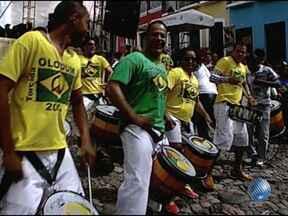 Olodum prepara festa para jogo entre Brasil e Itália no Pelourinho - O clima no local é de festa e reúne baianos e turistas.