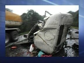 Colisão entre duas carretas mata três pessoas em Água Doce - Colisão entre duas carretas mata três pessoas em Água Doce.