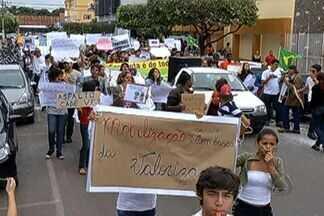 Em Três Lagoas manifestantes saem às ruas - Os manifestantes tomaras às ruas pela 3° vez. Cerca de 10 mil pessoas participaram de forma pacífica e a medida que percorriam a cidade conquistavam mais participantes.