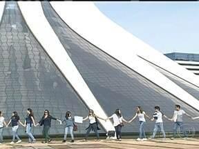 Catedral de Brasília recebe abraço simbólico - Durante dez minutos, cerca de 70 pessoas protestaram contra os atos de vandalismo da última quinta-feira (20). A iniciativa partiu de um grupo de arquitetos da cidade e contou com apoio de turistas que visitavam o local.