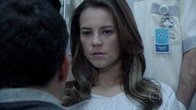 Paloma é levada para ver Paulinha - César aconselha a filha a não revelar que é mãe de Paulinha e impede que Ninho e Bruno briguem no hospital. Paloma é fria com o corretor. Ela e se emociona ao ver o estado da filha