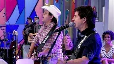 Chitãozinho e Xororó cantam 'Pura Emoção' - Dupla agita o programa de aniversário do Encontro