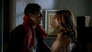 Gibão tenta resistir a Marcina - Ela avisa que todos estão na cerimônia em homenagem a Cazuza
