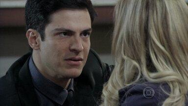 Félix promete descobrir quem é a amante de César - O vilão manda Maciel armar outro acidente com Atílio. Ele encontra Pilar aos prantos e promete ajudar a mãe