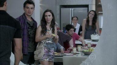 Valdirene discute com a família de Carlito - Bruno acaba com a confusão tirando a família do apartamento de Paloma. Ele estranha a tristeza da pediatra