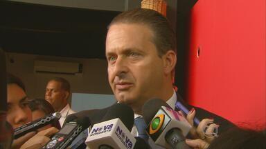 Governador de Pernambuco diz que 'não entra no jogo' dos grevistas - Segundo Eduardo Campos, empresas estão sendo obrigadas a contratar funcionários para colocar os ônibus em circulação e segurança desse trabalho está garantida.
