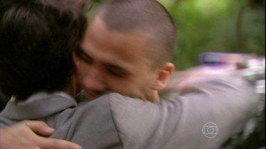 Sal pede que Vitor cuide de Luana e de seu filho - A polícia chega e consegue liberar a grávida. Sal é preso, entrega o dinheiro da família de Lia e Olavo se apresenta como advogado do bad boy. Os irmãos se abraçam em paz