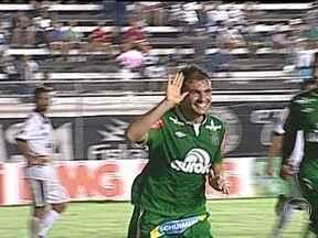 Chapecoense vence mais uma e continua líder na Série B do Brasileirão - Em Belo Horizonte, o América-MG, terceiro lugar, empatou em 2 a 2 com o Paraná. Já o líder Chapecoense foi a Arapiraca e derrotou o Asa-AL por 2 a 0, com gols de Fabiano e Paulinho Dias.