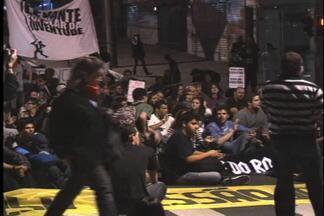 Novo protesto é realizado em Caxias do Sul - Cerca de 250 manifestantes pediram redução do valor da passagem de ônibus e retomada do horário das sessões da Câmara de Vereadores para às 18h.