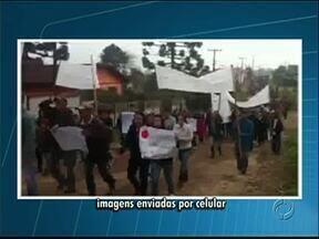 Moradores de castro fazem protesto no Distrito de Socavão - Eles fizeram uma caminhada e fecharam a estrada do Cerne, pedindo mais segurança na região e melhorias na estrada.