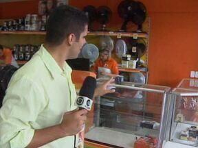 Ladrões levam mais de R$ 10 mil em eletrônicos durante assalto no Piauí - Um dos assaltantes chegou a encostar arma na barriga de um vendedor.Ação dos criminosos aconteceu por volta das 9h desta terça (9) em Teresina.