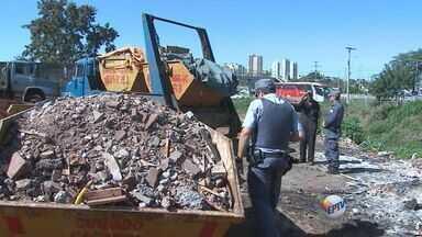 Moradores reclamam de entulho em caçambas na Zona Norte de Ribeirão - Donos de chácaras do bairro Parque Industrial Tanquinho afirma que o material junta ratos e escorpiões.