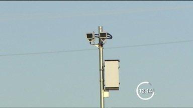 Rodovias do Vale do Paraíba vão receber 61 radares até setembro - O governo do estado licita a compra de 61 novos radares fixos que devem começar a ser instalados entre agosto e setembro nas principais rodovias estaduais que cortam o Vale do Paraíba, como a SP-99 (Tamoios) e SP-125 (Oswaldo Cruz).
