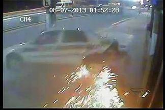 Vídeo registra acidente com taxista em Vila Velha, ES - Condutor, de 32 anos, bateu em poste e morreu.Colisão aconteceu nesta segunda-feira (8).