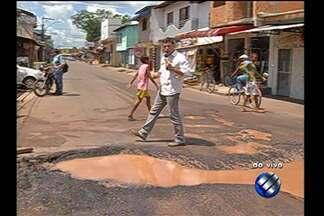 Moradores denunciam condições de saneamento da rua Haroldo Veloso - O repórter Guilherme Mendes traz as informações ao vivo do Tapanã.