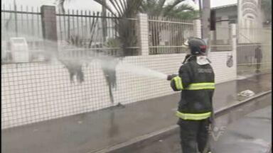 Bombeiros ainda não sabem se foi intencional ou não o incêndio no CT Meninos da Vila - Incêndio foi nos banheiros químicos do CT