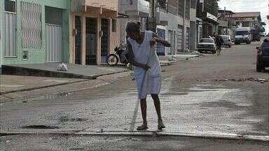 Rua São José, em Fortaleza, está totalmente esburacada e com esgoto a céu aberto - Moradores reclamam da situação.
