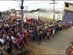 Moradores de Nova Sussuarana fazem manifestação na manhã desta terça-feira - Eles protestaram para pedir melhorias no transporte público do bairro.