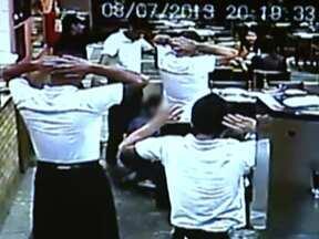 Quatro homens fazem arrastão e roubam 20 pessoas em pizzaroa da Vila Mariana - Quatro jovens invadiram a pizzaria Puleiro e nem se importaram com as câmeras de segurança. Em nota, a Secretaria da Segurança Pública informou que a PM intensificou o policiamento preventivo nas áreas onde arrastões foram registrados.