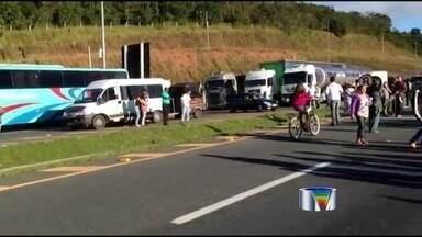 Em pleno feriado, manifestantes fceham a Fernão Dias contra pedágio - Em pleno feriado, moradores de Vargem (SP) fecharam a Rodovia Fernão Dias (BR-381). Eles pedem que o pedágio de R$1,40 não seja cobrado de moradores ou que eles tenham uma rota alternativa à rodovia.