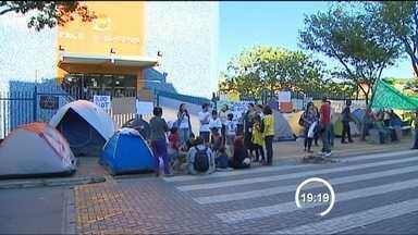 Acampamento em frente ao Paço completa uma semana - Pelos menos 30 jovens continuam acampados em frente ao Paço de São José dos Campos. Eles querem a revogação do aumento da tarifa do transporte público. O ato completa uma semana nesta quarta-feira (10).