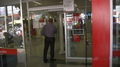 Mesmo com estatuto de segurança, bancos continuam sendo alvos de assaltos - Estatuto de segurança bancária é descumprido.
