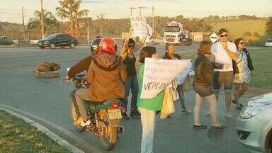 Em novo protesto, manifestantes fecham trevo da BR-491, em Alfenas - Em novo protesto, manifestantes fecham trevo da BR-491, em Alfenas