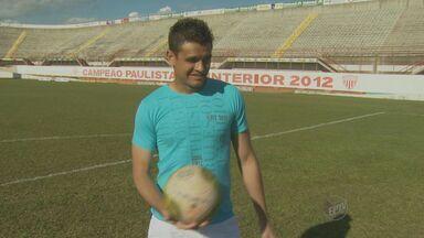 Decisivo, goleiro do Mogi Mirim comemora atuação contra o Vila Nova - Goleiro Alex Alves garantiu a vitória do Sapão na última rodada, após defender pênalti. Clube está em terceiro lugar no Grupo 2 da Série C.