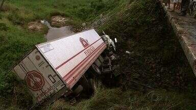 Motorista de caminhão morre após cair em ribanceira na BR-101, em Rio Largo - Corpo do motorista só pode ser recolhido e identificado após a retirada do veículo, feita com a ajuda de um guindaste.