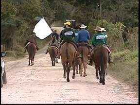 Cavaleiros iniciam romaria de 520 quilômetros entre Angatuba e Aparecida, SP - Um grupo de romeiros saiu nesta terça-feira (9) de Angatuba (SP) com destino ao município de Aparecida (SP), no Vale do Paraíba. Serão mais de 500 quilômetros de percurso, passando por várias cidades.