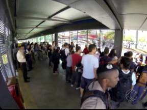 Manifestantes fazem 'catracaço' durante protesto em Uberlândia - Usuários foram incentivados a não pagar pelo transporte público.PM vai registrar Boletins de Ocorrência dos atos e encaminhar à Justiça.