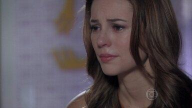 Paloma conta para Paulinha que Bruno não é seu pai biológico - A menina se desespera ao escutar uma conversa entre a pediatra e Amarilys, e não aceita ficar longe do corretor