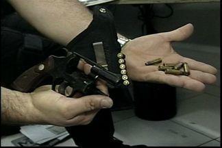 Policiais envolvidos em clonagem de carros são presos no ES - Quatro policiais civis liberavam automóveis clonados sem vistoria.Ao todo, 23 pessoas foram presas na Grande Vitória e no interior.