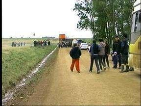 Moradores do Plano Alto, interior de Uruguaiana, RS, bloquearam o acesso ao distrito - Fila de carros e caminhões impediu o acesso de ônibus escolares na manhã desta terça-feira.