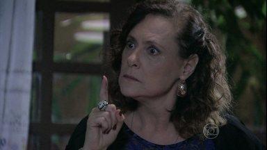 Márcia fala para Valdirene que vai se casar com Atílio - A periguete é humilhada por Denizard e volta para casa arrasada. Ela escuta Márcia fazendo um acordo de casamento com Atílio