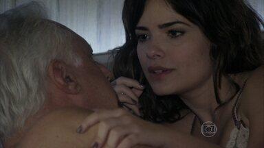 Aline manipula César - A secretária reclama por ele não ter dado um cartão de crédito para ela. Pilar pede para o marido falar com Gigi sobre o cheque que ela recebeu de Atílio