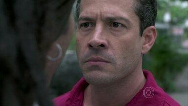 Bruno e Ninho brigam por causa de Paulinha - O corretor encontra o ex-namorado de Paloma com a menina e fica furioso
