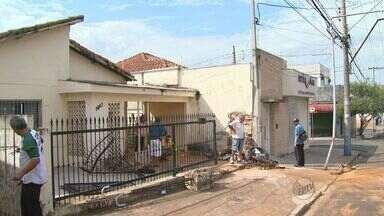 Jovem derruba muro com o carro e fica em estado grave em Ribeirão - Condutor perdeu controle do veículo na Avenida Dom Pedro I.