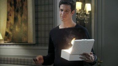 Félix queima os recibos de Edith e Tamara - Jonathan promete se vingar do pai