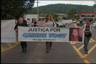 Familiares e amigos de jovem vítima de acidente de trânsito fazem protesto em Santa Cruz - Manifestação reuniu cerca de 100 pessoas para pedir justiça e paz no trânsito.