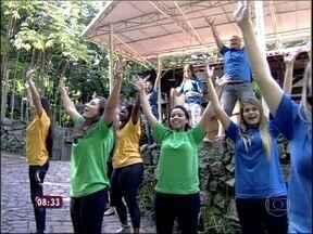 Cem jovens fazem a coreografia do 'Flash Mob' para o Papa no Mais Você - Ana Maria inicia o programa mostrando os passos do espetáculo