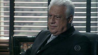 César desconfia de Glauce - O médico conversa com Rafael sobre o caso de Paloma. Aline diz que o médico tem preferência pela filha