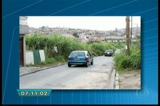 Matagal invade calçada em bairro da Zona Sul de SP - Na Rua Gonzalo Berceo, no Grajaú, o mato de um terreno está tão grande que invadiu a calçada e o pedestre é obrigado a ir para o meio da rua. Segundo a subprefeitura, o terreno pertence ao Incra.