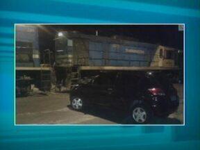 Trem colide com carro e deixa duas pessoas feridas em Teresina - Acidente aconteceu na Avenida Higino Cunha, próximo a Ponte Wall Ferraz.Motorista culpa a falta de sinalização no local.