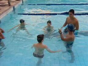Conheça as vantagens da natação infantil - Desde cedo as crianças devem ser incentivadas a exercerem alguma atividade física.