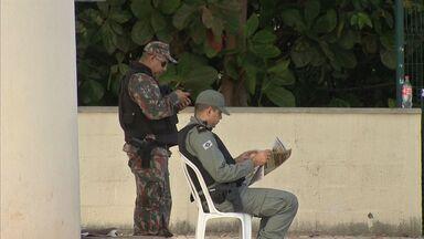Policiais se distraem lendo jornal no cruzamento mais perigoso de Fortaleza - Número de assaltos no local é crescente.