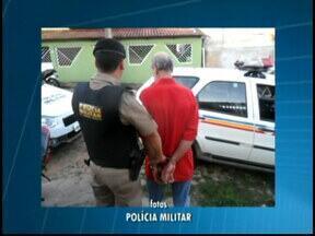 Idoso é pego em blitz e preso por tráfico ao tentar fugir em MG - Sem documentação, ele pediu para que a PM o levasse em casa.Na residência tentou fugir, mas foi preso e drogas apreendidas.