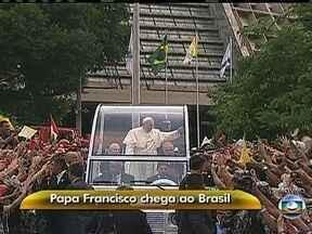 Papamóvel sai da Catedral Metropolitana do Rio - O Papa Francisco é ovacionado e acena para os fiéis. Muitas pessoas estão desde de cedo no Centro do Rio à espera do pontífice.