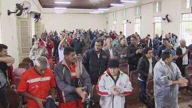 Estivadores e trabalhadores da capatazia realizam assembleia em Santos (SP) - Um grupo de estivadores e de trabalhadores da capatazia realizaram uma assembleia nesta segunda-feira (22), em Santos, no litoral de São Paulo.